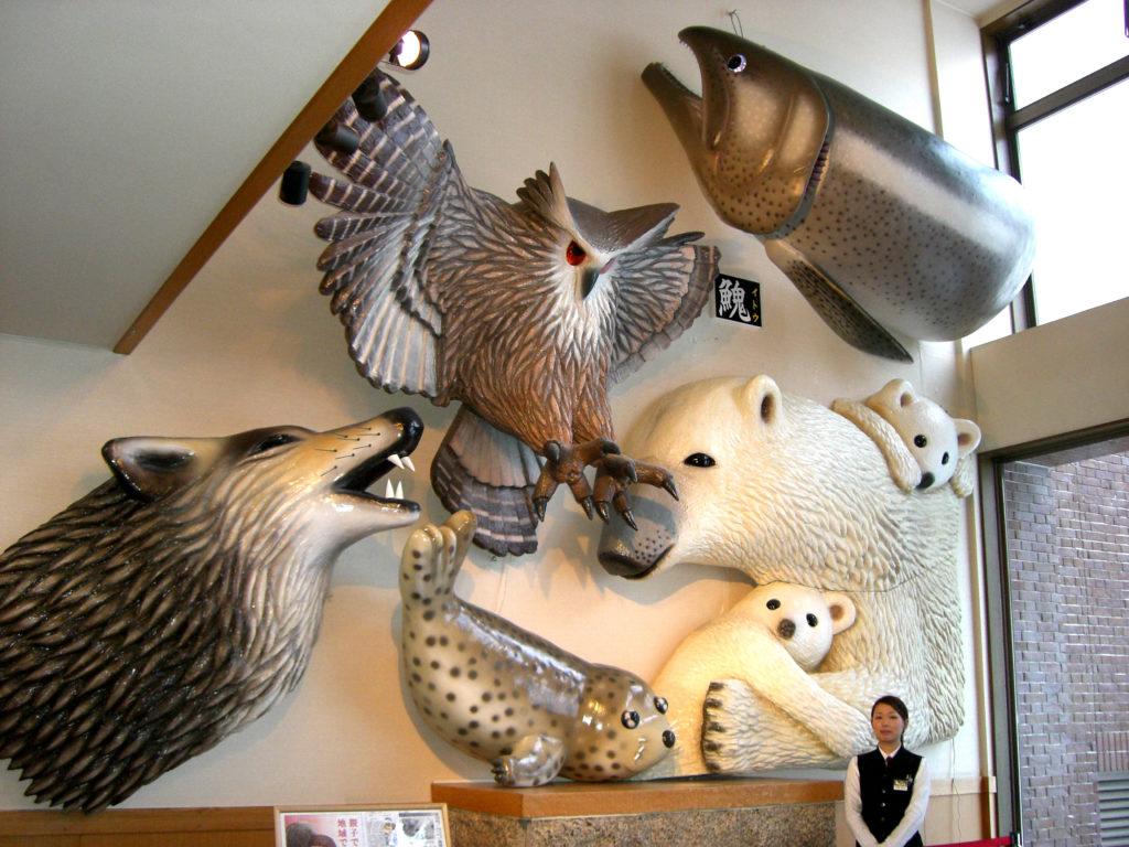 ロビーでは動物たちの巨大モニュメントがお出迎え